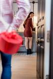 Giovani coppie felici che celebrano giorno del ` s del biglietto di S. Valentino con una cena a casa fotografia stock