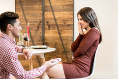 Giovani coppie felici che celebrano proposta di impegno immagine stock
