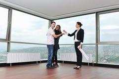 Giovani coppie felici che comprano a casa Fotografia Stock Libera da Diritti