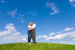 Giovani coppie felici che esaminano qualcosa Immagini Stock Libere da Diritti