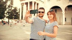 Giovani coppie felici che fanno selfie sulla vacanza stock footage