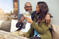 Giovani coppie felici che godono di una bevanda romantica immagine stock libera da diritti