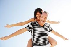 Giovani coppie felici che hanno divertimento all'aperto. Fotografia Stock Libera da Diritti