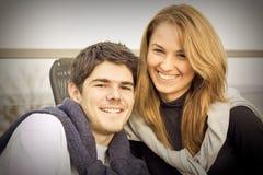 Giovani coppie felici che hanno divertimento all'esterno fotografia stock