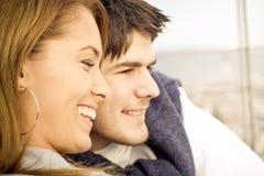 Giovani coppie felici che hanno divertimento all'esterno Immagine Stock