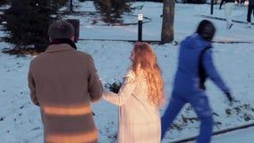 Giovani coppie felici che pattinano il giorno del ` s del biglietto di S. Valentino video d archivio
