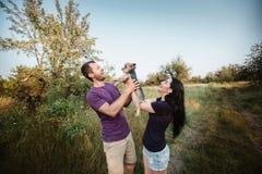 Giovani coppie felici che posano con il loro cane Immagine Stock Libera da Diritti