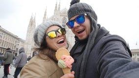 Giovani coppie felici che prendono autoritratto nel quadrato del duomo a Milano Concetto di relazione e di viaggio archivi video