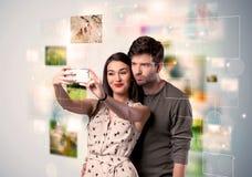 Giovani coppie felici che prendono le immagini del selfie Fotografia Stock Libera da Diritti