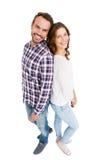 Giovani coppie felici che si levano in piedi di nuovo alla parte posteriore Immagini Stock
