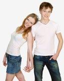 Giovani coppie felici che si levano in piedi insieme Fotografia Stock
