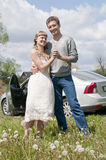 Giovani coppie felici che si levano in piedi vicino all'automobile Fotografie Stock