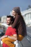 Giovani coppie felici che si rilassano all'aperto Fotografie Stock