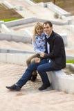 Giovani coppie felici che si siedono sulle scale Fotografia Stock