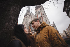 Giovani coppie felici che sorridono all'aperto esaminandoselo con amore Fotografia Stock