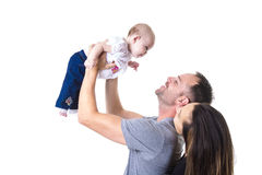 Giovani coppie felici che tengono un bambino di 3 mesi Fotografia Stock