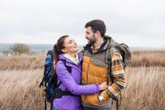 Giovani coppie felici con gli zainhi Fotografie Stock