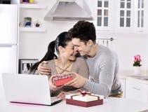 Giovani coppie felici con i contenitori di regalo Fotografia Stock