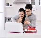 Giovani coppie felici con i contenitori di regalo Immagine Stock Libera da Diritti