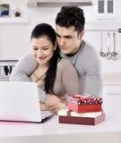 Giovani coppie felici con i contenitori di regalo Fotografia Stock Libera da Diritti