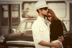 Giovani coppie felici di modo nell'amore che abbraccia in via della città fotografia stock