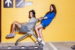 Giovani coppie felici divertendosi davanti al muro di mattoni giallo Fotografie Stock