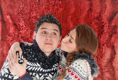 Giovani coppie felici divertendosi nel tempo di natale Fotografia Stock