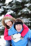 Giovani coppie felici emozionanti di inverno Immagine Stock