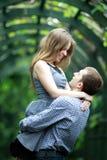 Giovani coppie felici in giardino Fotografie Stock