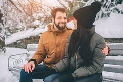 Giovani coppie felici in inverno Famiglia all'aperto uomo e donna che sembrano ascendenti e ridere Amore, divertimento, stagione  fotografia stock