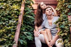 Giovani coppie felici lovestory in città Fotografia Stock Libera da Diritti
