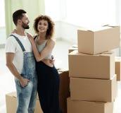 Giovani coppie felici Muovendosi, alloggi nuovi d'acquisto Immagine Stock