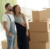 Giovani coppie felici Muovendosi, alloggi nuovi d'acquisto Immagine Stock Libera da Diritti