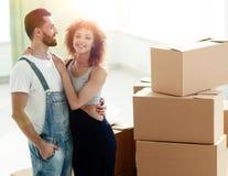 Giovani coppie felici Muovendosi, alloggi nuovi d'acquisto Immagini Stock Libere da Diritti