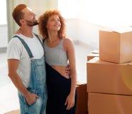 Giovani coppie felici Muovendosi, alloggi nuovi d'acquisto Fotografia Stock Libera da Diritti