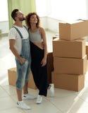 Giovani coppie felici Muovendosi, alloggi nuovi d'acquisto Fotografia Stock