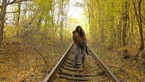 Giovani coppie felici nel parco di autunno archivi video