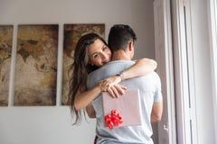 giovani coppie felici nell'amore sorprendente con i regali fotografia stock