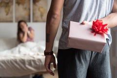 Giovani coppie felici nell'amore sorprendente con i regali fotografia stock libera da diritti