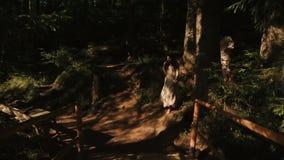 Giovani coppie felici nell'amore in vestiti ricamati tradizionali che camminano nella foresta e nel godere carpatici maestosi archivi video