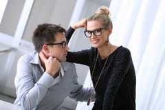 Giovani coppie felici nell'ufficio Fotografie Stock