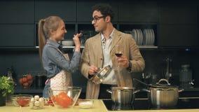 Giovani coppie felici nella cucina video d archivio