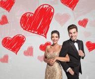 Giovani coppie felici nella risata elegante del vestito e dello smoking Fotografia Stock