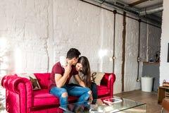 Giovani coppie felici rilassate a casa immagine stock libera da diritti