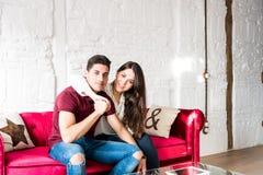 Giovani coppie felici rilassate a casa immagini stock