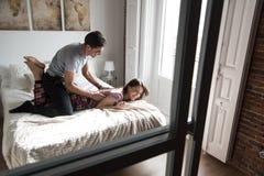 giovani coppie felici rilassate a casa a letto fotografie stock libere da diritti