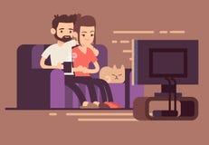 Giovani coppie felici rilassate che guardano TV a casa in salone Immagine Stock