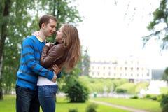 Giovani coppie felici in sosta Fotografia Stock
