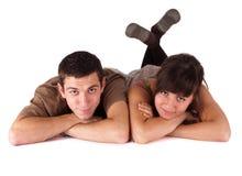 Giovani coppie felici su bianco Immagini Stock