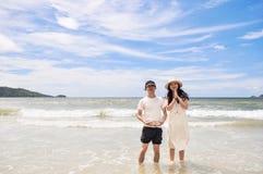 Giovani coppie felici su una spiaggia tropicale immagini stock